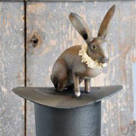 Lapin au chapeau- Sculpture en papier de Mélanie Bourlon - 38 Le Avenières - Isère - Rhône-Alpes - France - Photo : Anthony Cottarel