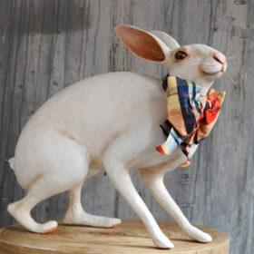 Lièvre de Bruxelles au noeud - Sculpture en papier de Mélanie Bourlon - 38 Le Avenières - Isère - Rhône-Alpes - France - Photo : Anthony Cottarel
