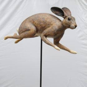 Lièvre perché- Sculpture en papier de Mélanie Bourlon - 38 Le Avenières - Isère - Rhône-Alpes - France - Photo : Anthony Cottarel