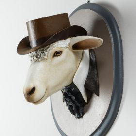 Mouton chapeau- Sculpture en papier de Mélanie Bourlon - 38 Le Avenières - Isère - Rhône-Alpes - France - Photo : Anthony Cottarel