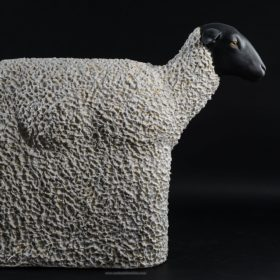 Mouton sans patte- Sculpture en papier de Mélanie Bourlon - 38 Le Avenières - Isère - Rhône-Alpes - France - Photo : Anthony Cottarel