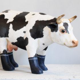 Vache bottes- Sculpture en papier de Mélanie Bourlon - 38 Le Avenières - Isère - Rhône-Alpes - France - Photo : Anthony Cottarel