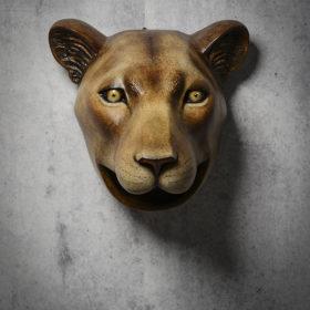 Garglionne, trophée tête de lionne en Papier Mâché, Mélanie Bourlon sculptures
